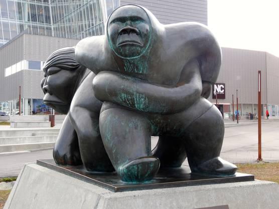 Die Kaassassuk-Skulptur vor dem Parlamentsgebäude in der Hauptstadt Nuuk ist ein Sinnbild für Grönlands Eigenständigkeit.