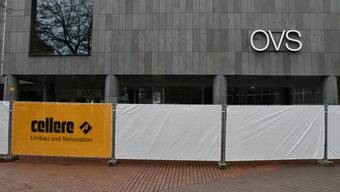 Sichtschutzwände vor dem ehemaligen OVS-Ladenlokal.