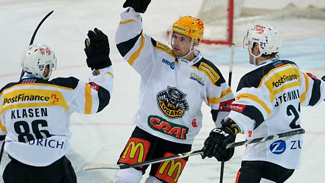 Luganos Fredrik Pettersson (m.) traf zum 3:0 gegen Zug