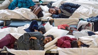 Nach Ausschreitungen schlägt die deutsche Polizeigewerkschaft Alarm: Flüchtlinge sollen nach Religionen getrennt untergebracht werden.