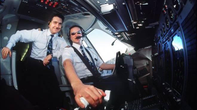 Ein Bild aus alten Zeiten: Piloten im Crossair- Cockpit. Foto: Keystone
