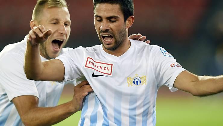 Oliver Buff freut sich mit Dzengis Cavusevic über das 2:0
