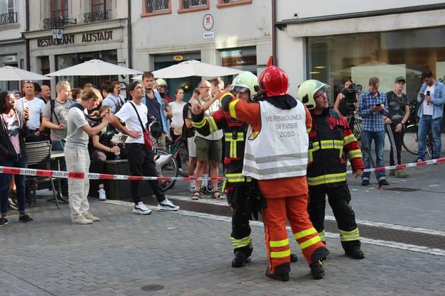 Die Ecke Kirchgasse/Rathausgasse wurde grossräumig abgeriegelt, Brandwachen wurden errichtet.