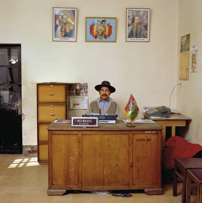 Bolivia, bureaucracy, (c) Jan Banning, 2005. Rodolfo Villca Flores beaufsichtigt den Markt und die sanitären Dienstleistungen, Sein Salär pro Monat: 128 Euro.
