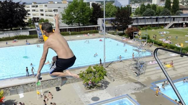 Ein Sprung ins kühle Nass tut bei diesen Temperaturen gut, hier im Bild die Badi von Renens