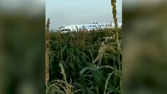 Die Crew habe die Maschine über kleinere Notrampen evakuiert. Videos zeigten, wie sich Menschen zwischen Maispflanzen hindurch von dem Flugzeug entfernten.