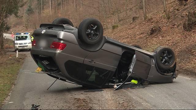 Auto bei Selbstunfall überschlagen