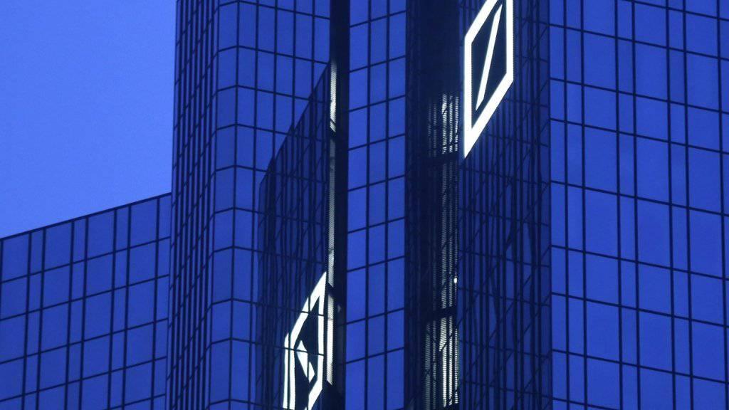 Hauptsitz der Deutschen Bank in Frankfurt, mit dem Signet des Bankriesen (Archiv)