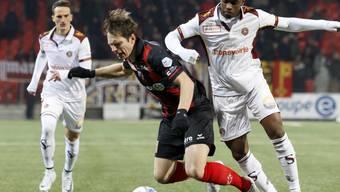 Xamax (im Bild links Charles-Andre Doudin) im Zweikampf mit dem Genfer Mittelfeldspieler Fabry Castro