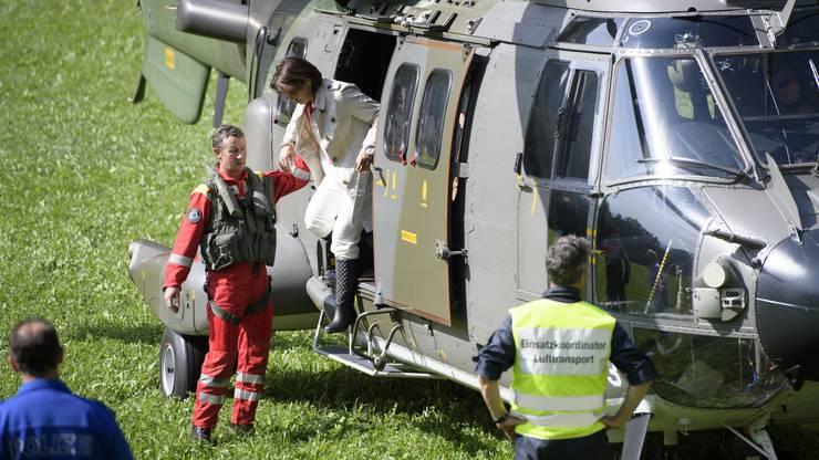 Die Bundesrätin reiste in einem Superpuma-Helikopter der Schweizer Armee ins Bündner Bergdorf.