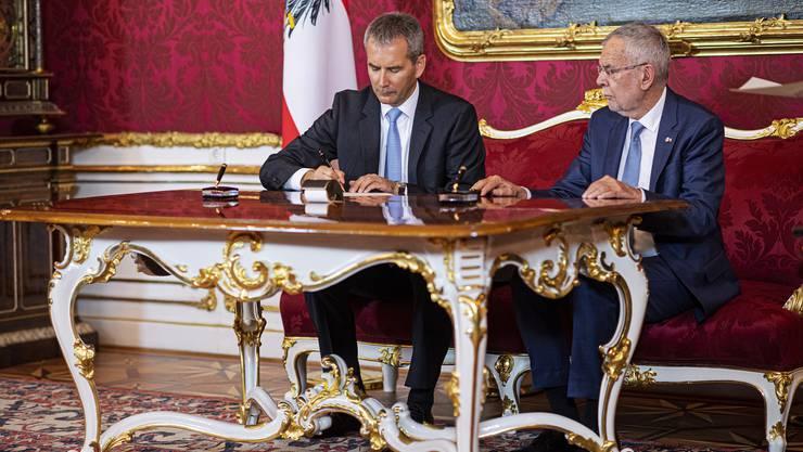 Präsident Alexander Van der Bellen (rechts) macht Vizekanzler Hartwig Löger zum Nachfolger von Sebastian Kurz.