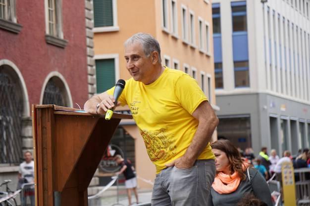 Guido Perlini unterhält die Zuschauer mit launigen Sprüchen und feuert die Läufer an.