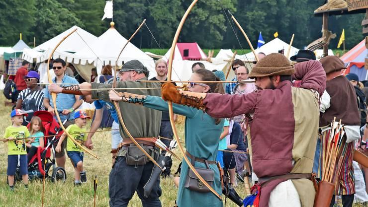 Als Rahmenprogramm bot der Mittelaltermarkt für grosse und kleine Besucher viel Sehenswertes wie beispielsweise hier das Bogenschiessen.