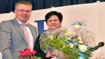 FDP-Präsident Christian Scheuermeyer gratuliert der freisinnigen Ständeratskandidatin Marianne Meister.