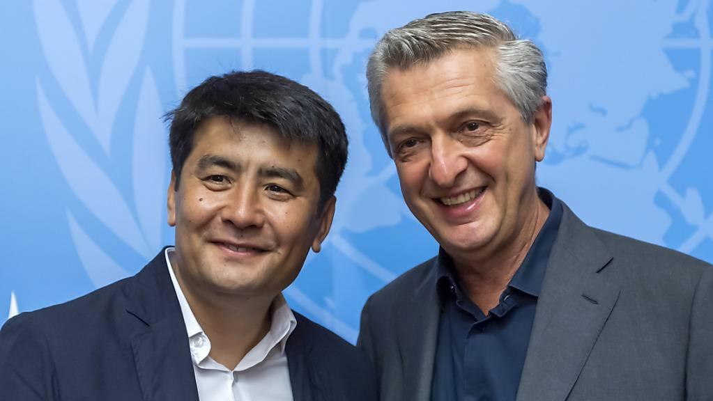 """""""Leuchtendes Beispiel dafür, wie ein Einzelner viele inspirieren kann"""": Nansen-Preisträger Asisbek Aschurow (links) mit UNHCR-Chef Filippo Grandi in Genf."""