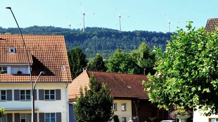Jurahöhenzug mit 4 der geplanten und vom Wölflinswiler Dorfplatz aus sichtbaren Windenergieanlagen.
