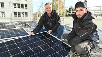 Michael Laubscher und Mohammad Belshad auf dem Dach der Vebo in Oensingen.