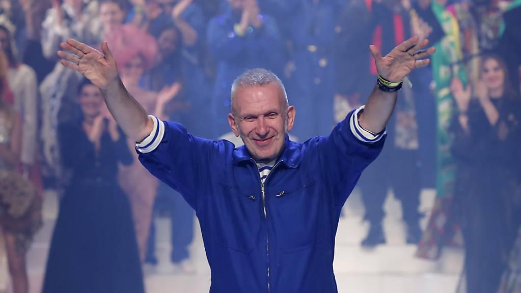 Designer Jean Paul Gaultier nimmt beim Abschied vom Laufsteg in Paris Applaus entgegen.
