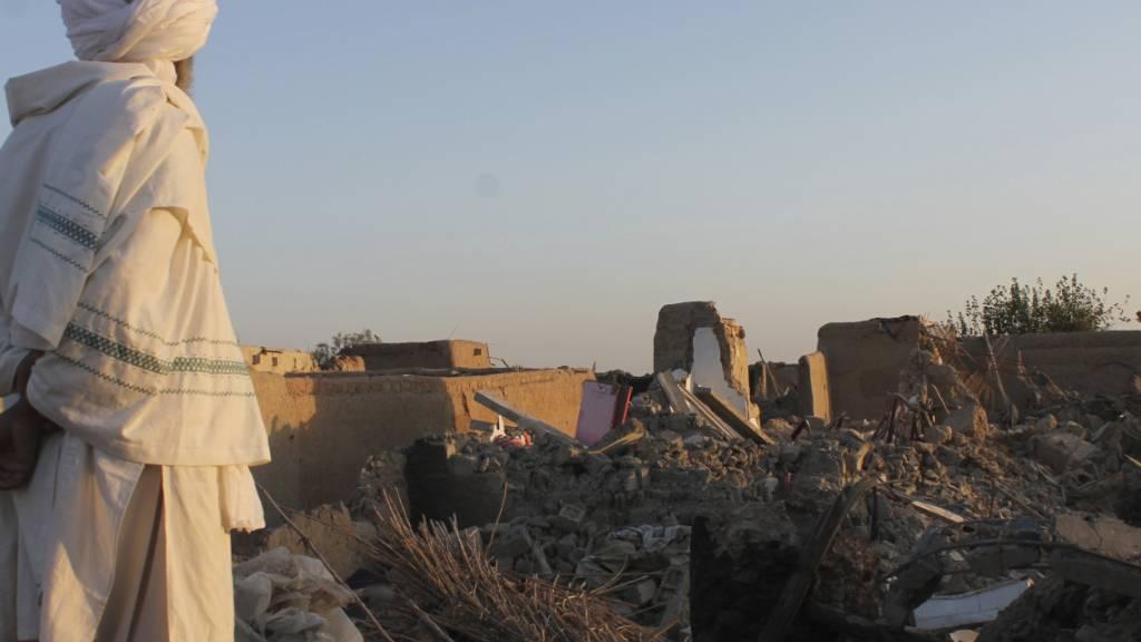 HANDOUT - Ein afghanischer Mann schaut auf ein beschädigtes Haus in der Provinz Helmand. Foto: AP/dpa