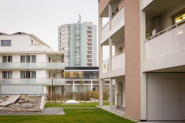 Ausblick durch die Neubausiedlung in Staufen nach Lenzburg zum Hochhaus der WBL. Aufgenommen am 7. Dezember 2017 in Staufen.