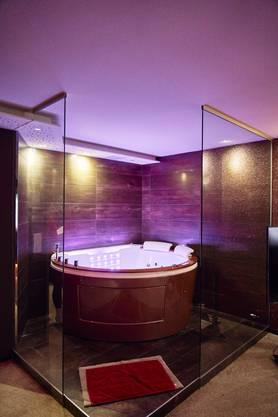 Die VIP-Räume im Soprano Club sind mit Jacuzzi und einer offenen Dusche ausgestattet.