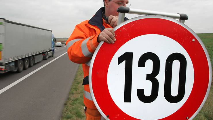 Die Diskussion über Tempolimits auf deutschen Autobahnen ist neu entfacht. Die SPD fordert die Einführung von Tempo 130 auf Autobahnen, um die Schadstoffbelastung zu senken. (Archivbild)
