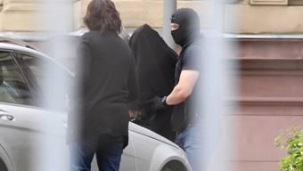 Deutsche Polizisten verhaften drei IS-Kämpfer, die einen Anschlag auf die Düsseldorfer Altstadt planten.