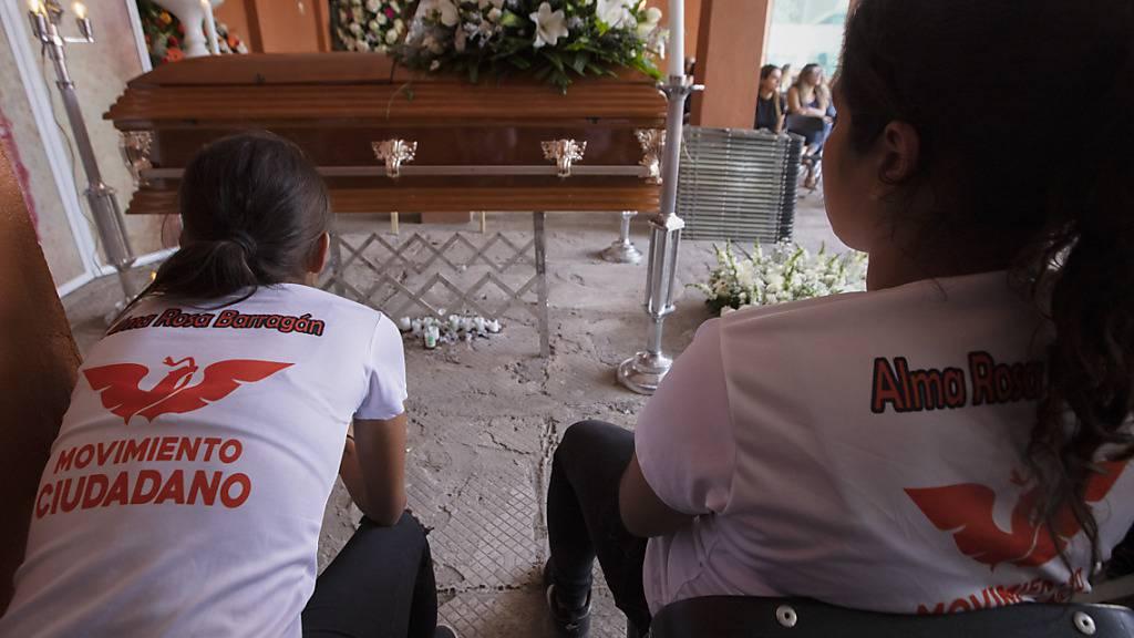 Zwei Frauen trauern neben dem Sarg einer Bürgermeisterkandidatin, die während ihres Wahlkampfes getötet wurde. Wenige Stunden vor der Parlaments- und Kommunalwahl wurde nun ein weiterer Kandidat erschossen. Foto: Armando Solis/AP/dpa