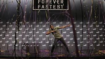 Usain Bolt zelebriert nach einer Pressekonferenz an der WM in London den «Lightning Bolt», sein Markenzeichen.