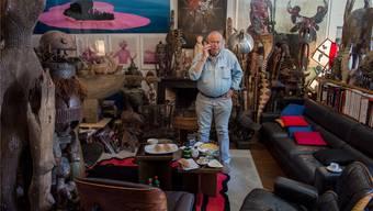 Ted Scapa in seinem Wohnzimmer. Vor lauter Kunstgegenständen sieht man kaum mehr die Wände und Möbel.MATHIAS MARX