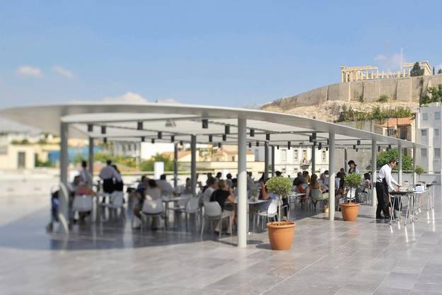 Ein Restaurant mit Blick auf die Akropolis in Athen.