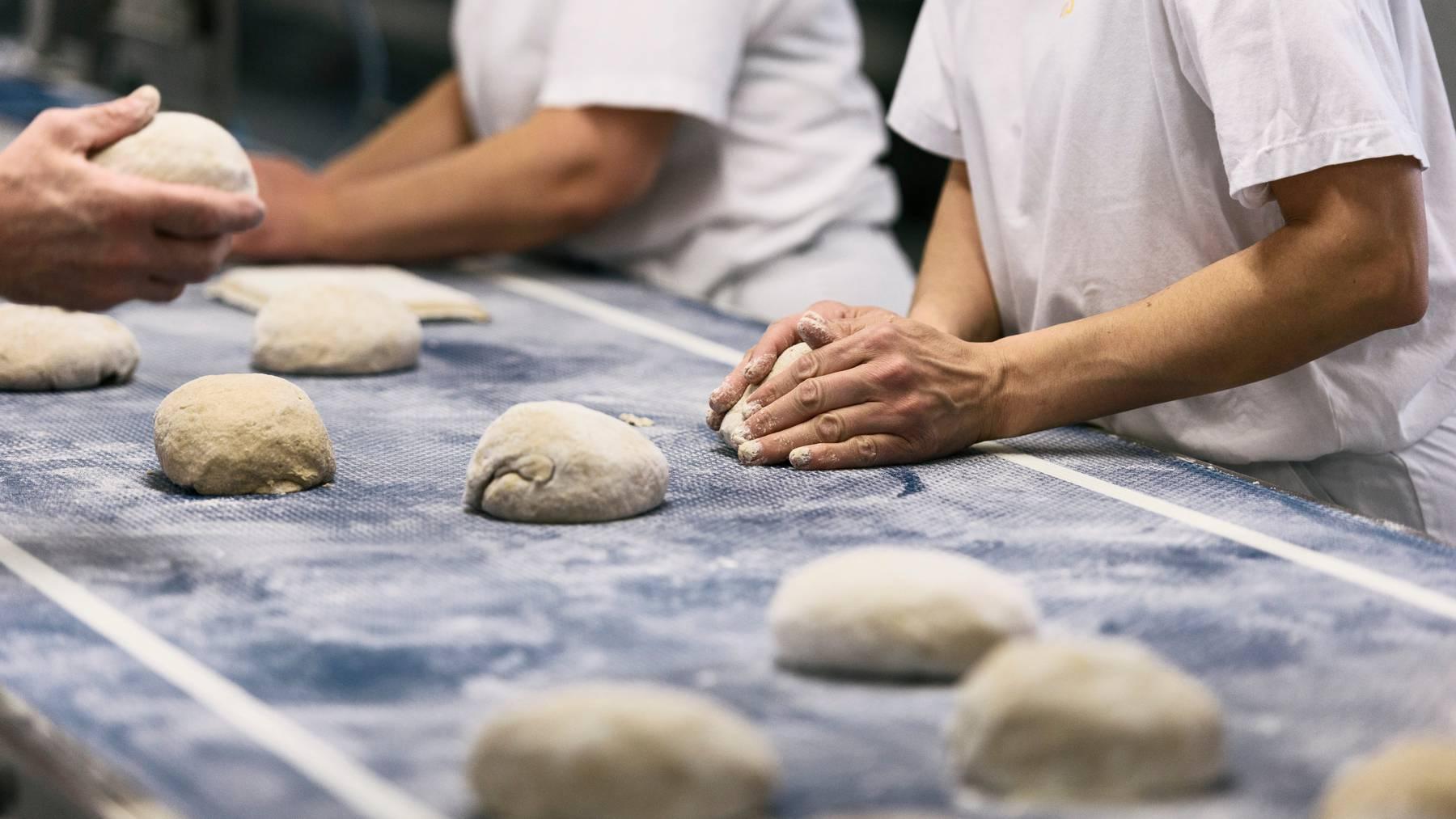 In Schafisheim wird im Akkord geknetet und gebacken. Die Coop-Grossbäckerei produziert jährlich 60'000 Tonnen Brot und Backwaren. (Archivbild)