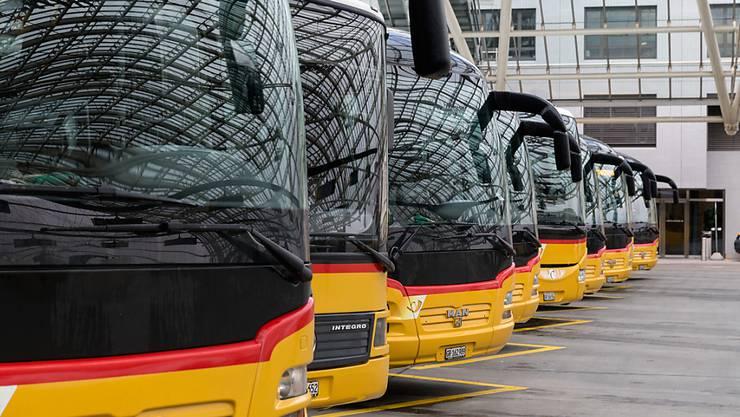Während neun Jahren hat Postauto insgesamt knapp 91 Millionen Franken Gewinn umgebucht, um mehr Subventionen zu kassieren. (Archivbild)