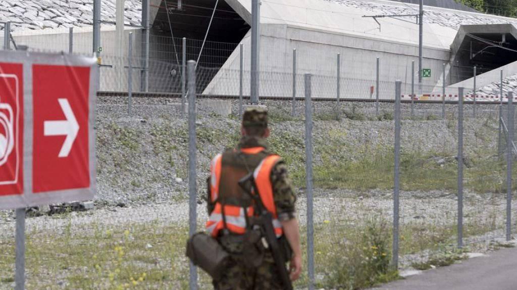 Unter anderem wegen der Eröffnungsfeier des Gotthard-Basistunnels kamen im letzten Jahr leicht mehr Diensttage für Sicherheitseinsätze zusammen. (Archivbild)