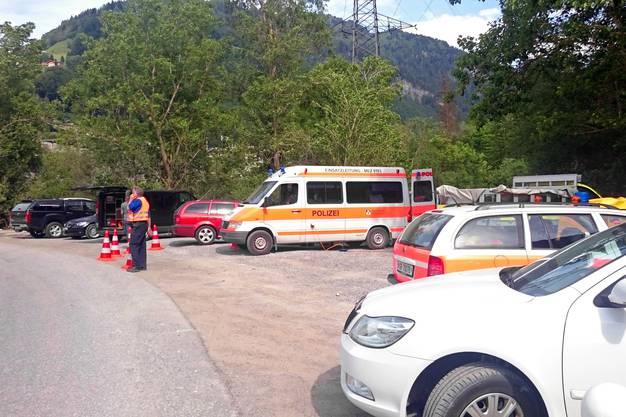 Parkplatz in der Nähe des Unglücksorts. Es sind Taucher und Hundeführer im Einsatz.