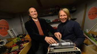 Auswählen und ab auf die Waage. Die Geschäftsleiter des Clara-Brockis Andreas Tereh und Martin Becker zeigen wie's geht.