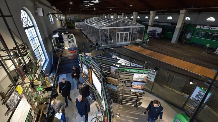Vom Besucherzentrum im ersten Stock hat man eine gute Aussicht auf die Ausstellung und das Rollmaterial.