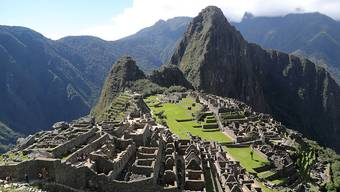 Die Touristenströme auf die peruanische Inka-Stätte Machu Pichu haben eine zerstörerische Wirkung auf die jahrhundertealten Steinoberflächen. Das Kultusministerium will daher den Zugang beschränken.