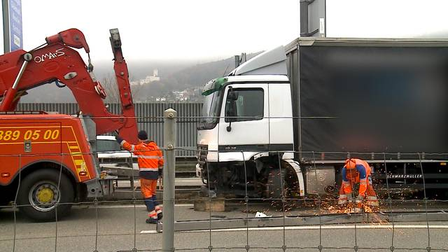 Oensingen: Lastwagen durchbricht Leitplanken