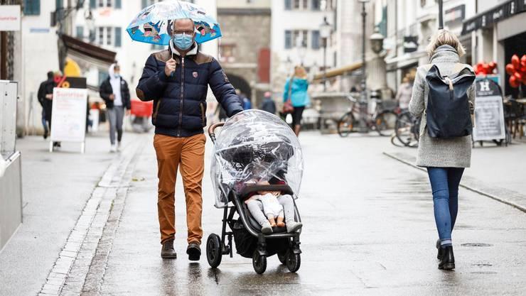 Ein Bild, das in den kommenden Wochen zur Gewohnheit wird: Passanten in der Solothurner Altstadt mit Maske.