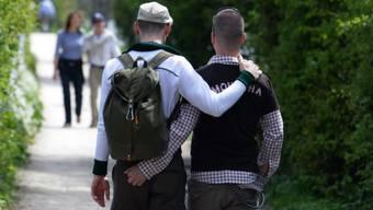 Auch im Jahr 2019 ein seltenes Bild in der Basler Öffentlichkeit: Schwule, die sich in der Öffentlichkeit ihre Zuneigung zeigen. (Symbolbild)