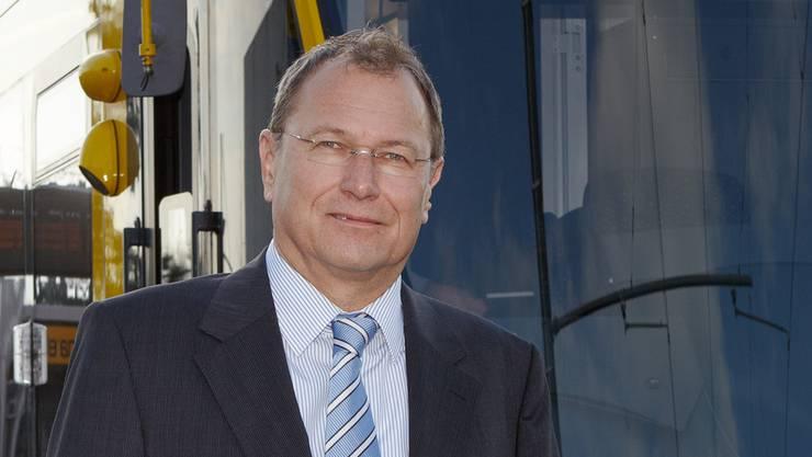 André Dosé 2013: als BLT-Präsident vor einem Tango-Tram in Oberwil, Hüslimatt. ZVG