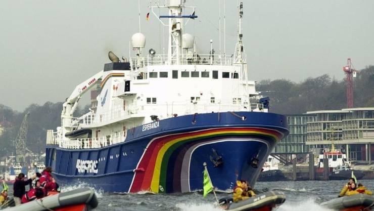 Das Greenpeace-Schiff Esperanza - hier eine Aufnahme von 2002 - hat eine neue Mission: Es transportiert Forschende ein Jahr lang von der Arktis bis zur Antarktis, um die Geheimnisse und wunden Stellen der Hohen See zu erkunden. (Archivbild)