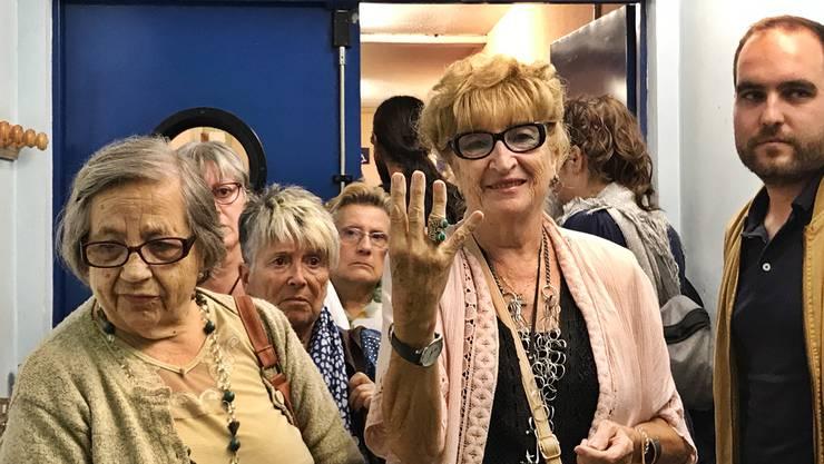 Die 78-Jährige nahm als eine der Ersten am Referendum teil. Mit der Hand zeigt sie die Streifen der katalanischen Flagge.