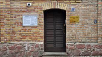 ARCHIV - Die durch Beschuss beschädigte Tür der Synagoge Halle. Foto: Hendrik Schmidt/dpa-Zentralbild/dpa