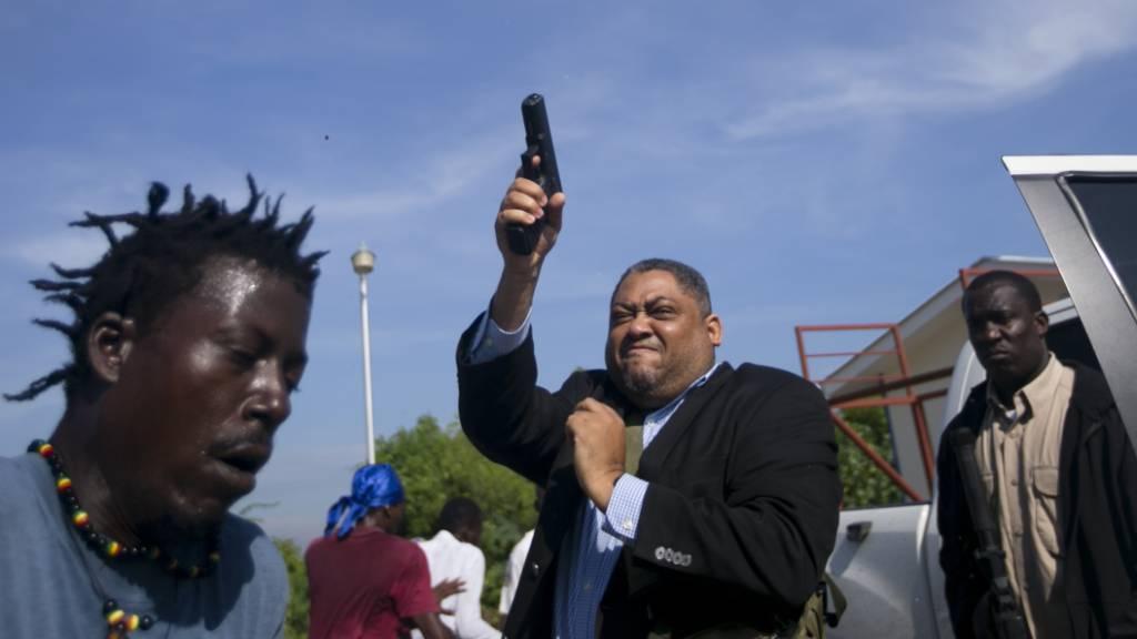 In Haiti schiesst am Montag ein Senator vor dem Parlament um sich - die Regierungskrise verschärft sich immer mehr.
