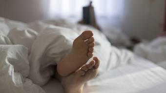 Deutschschweizer Paare wollen lieber alleine unter einer Bettdecke liegen. (Symbolbild)