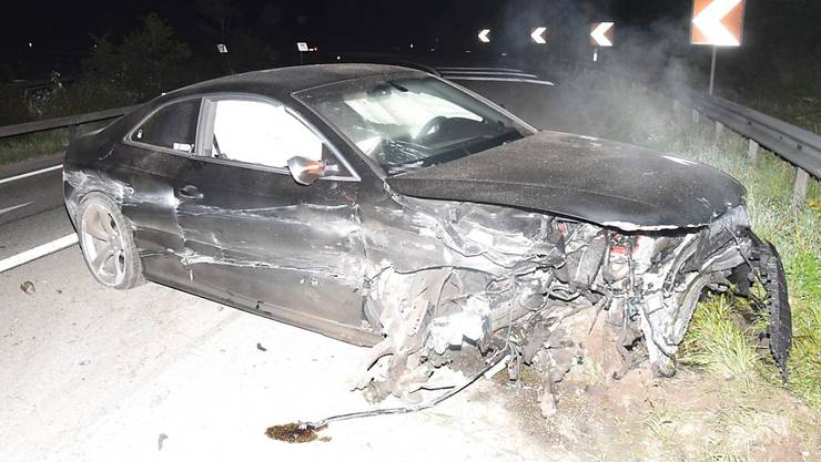 Die Solothurner Polizei sucht den Fahrer, der dieses Autowrack auf einem Autobahnübergang verlassen hat.