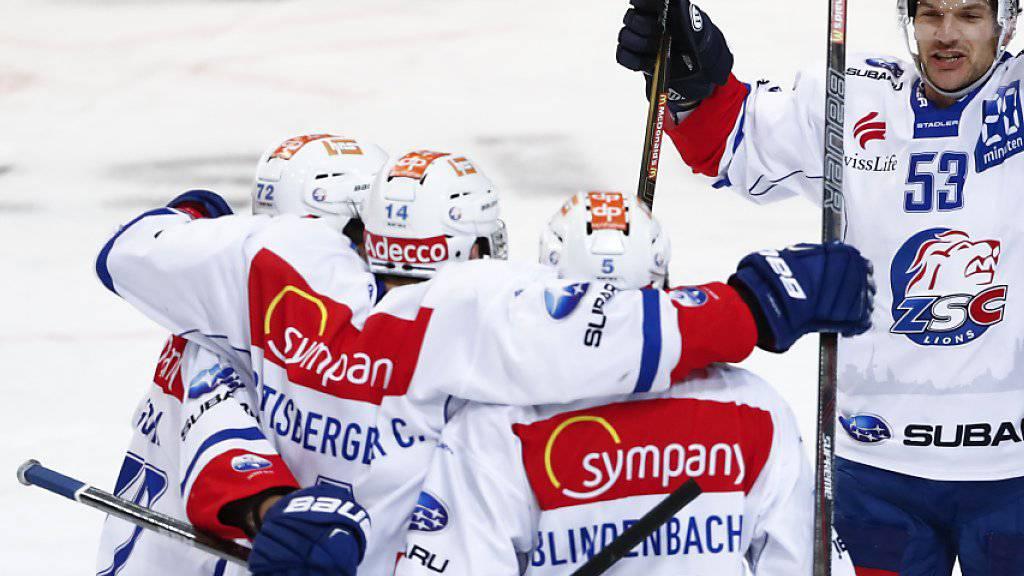 Waren im Spitzenkampf im Penaltyschiessen in Bern treffsicherer: die Spieler der ZSC Lions