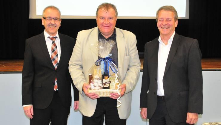Gemeindepräsident Daniel Gubler (links) verabschiedete Finanzverwalter Wolfgang Fahrer (Mitte) und hiess dessen Nachfolger Dagobert Gübelin willkommen (rechts).